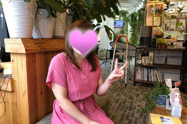 結婚相談所 東京 渋谷 20代 30代 女性写真撮影後ピースサイン